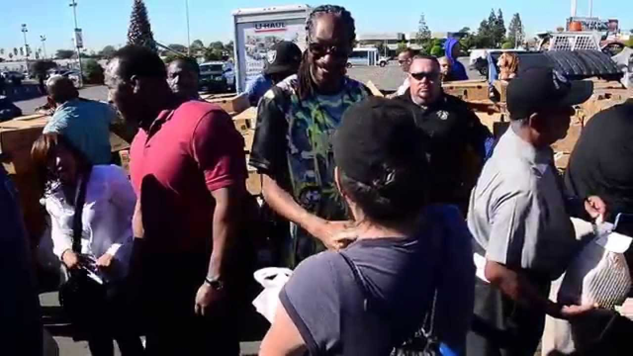 Photo of Snoop Dogg hands out turkeys to the needy in Inglewood, CA