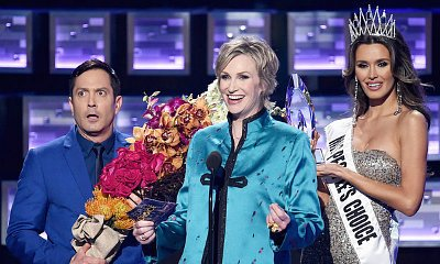 Photo of Jane Lynch mocks Steve Harvey at the 2016 People's Choice Awards